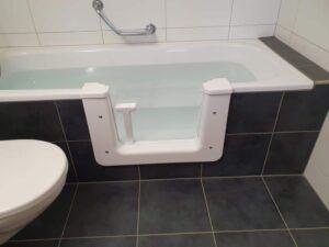 Badewanne nach Einbau der Tür