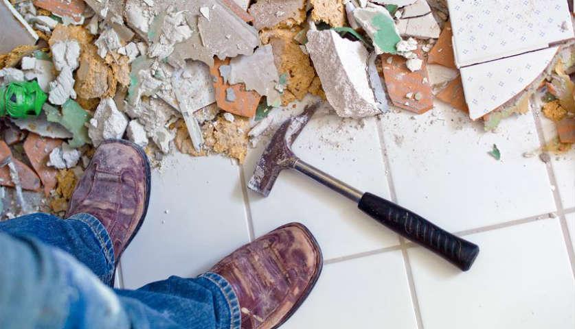 Bild zeigt Schmutz und Werkzeug